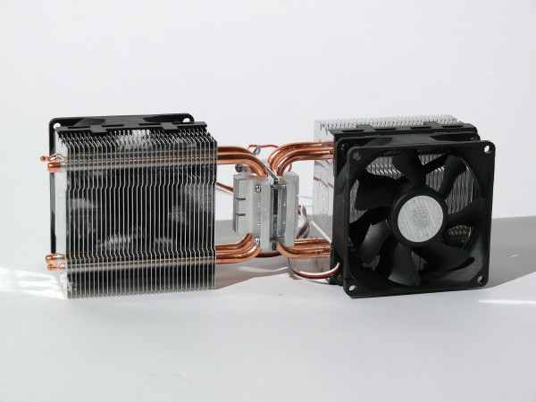 The miniturised heating and air-conditioning unit consists of a peltier device inserted between two back-to-back mounted CPU cooling sinks. The device cools and heats by reversing the current flow to the peltier device